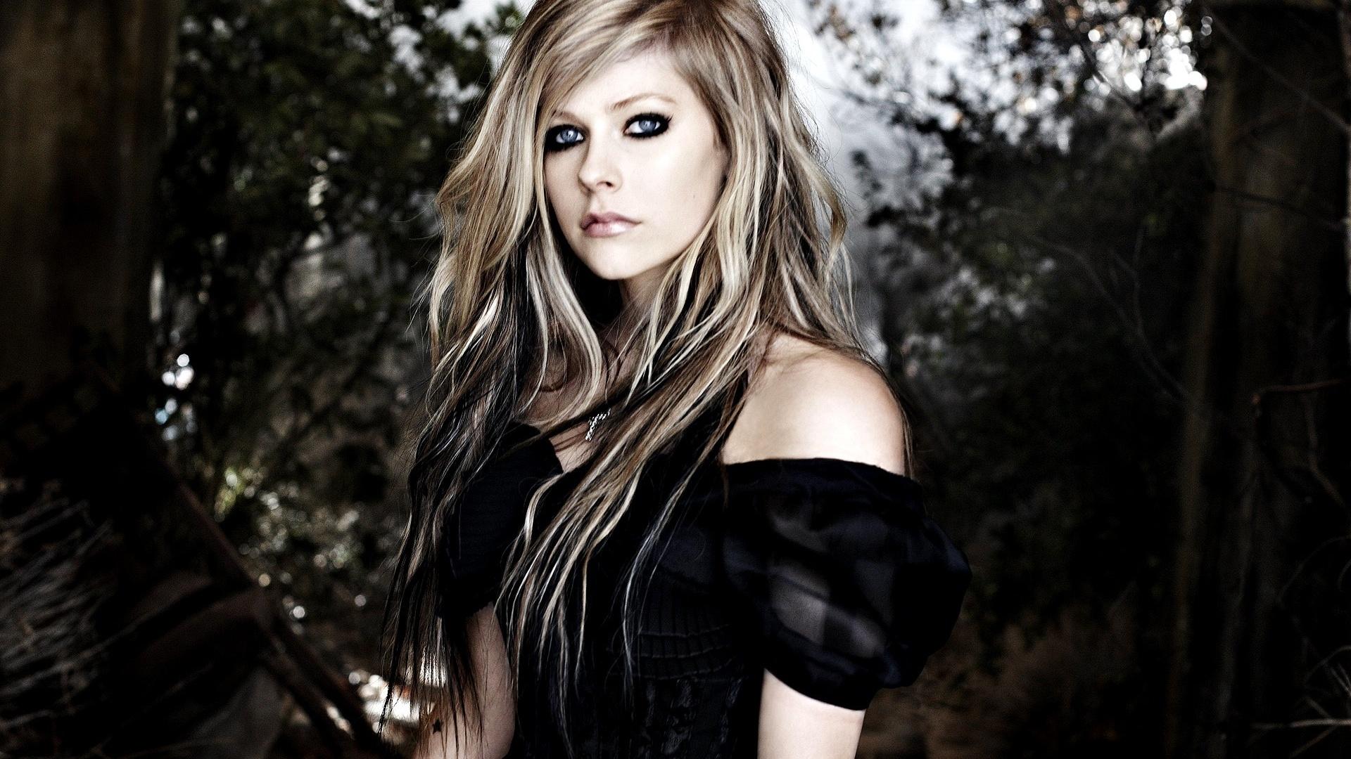http://twitter.com/AvrilLavigne · http://facebook.com/avrillavigne · http://instagram.com/avrillavigne
