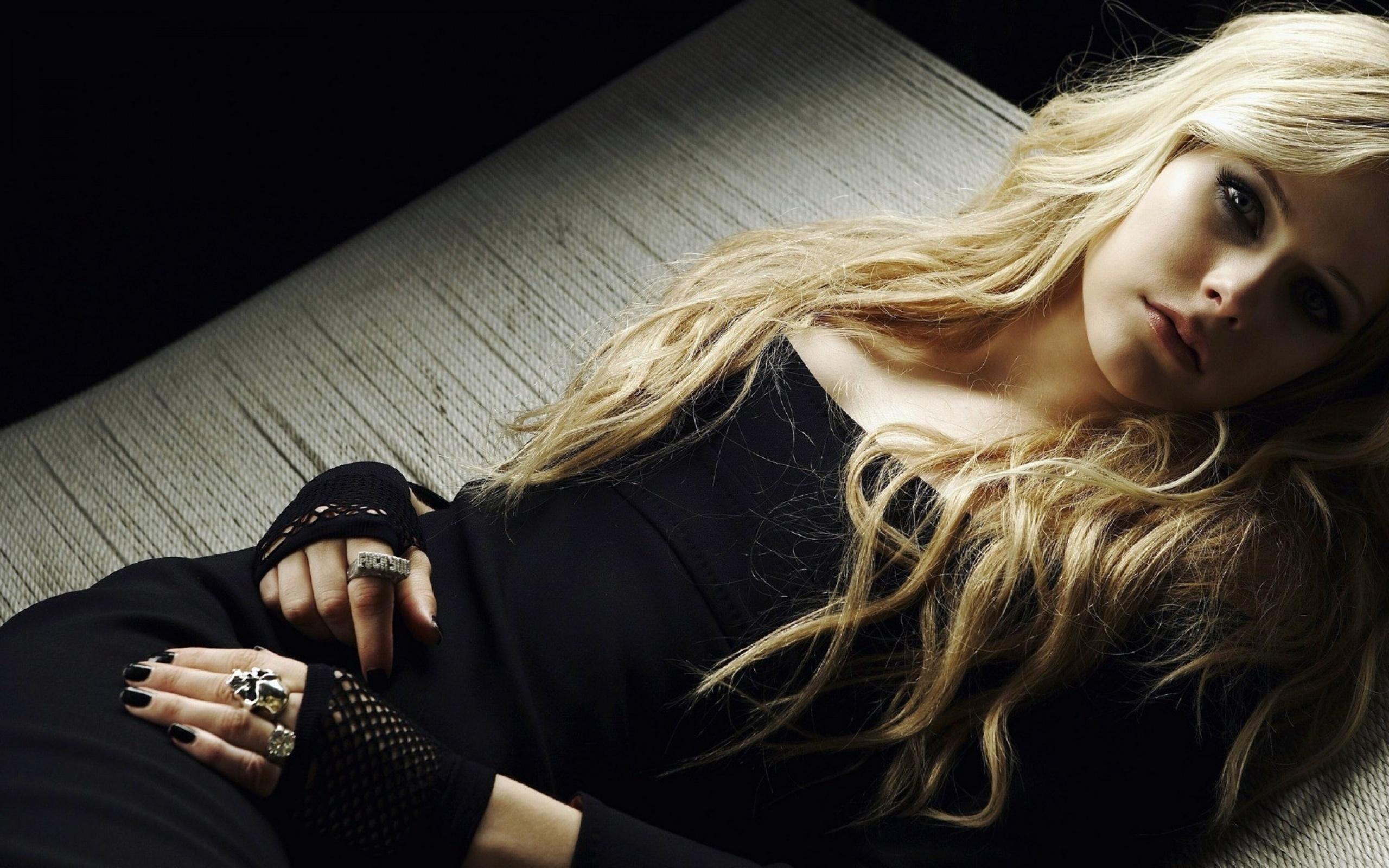 Avril lavigne black evening dress
