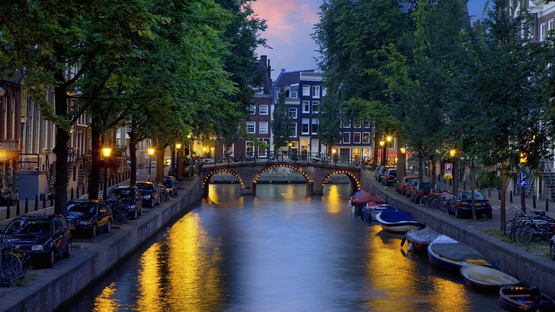 Beautiful Amsterdam Canal At Dusk wallpaper