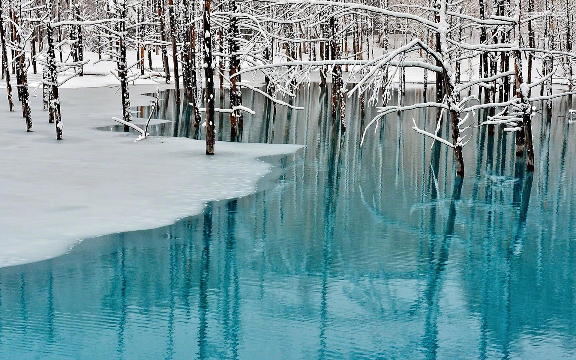 Beautiful frozen azure lake Wallpaper