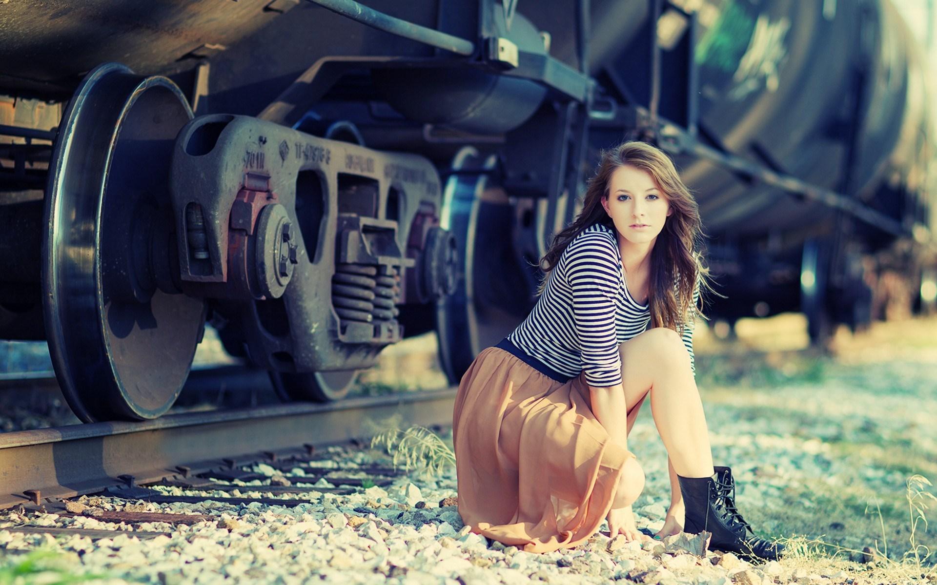 Beautiful Girl Train Photo HD Wallpaper