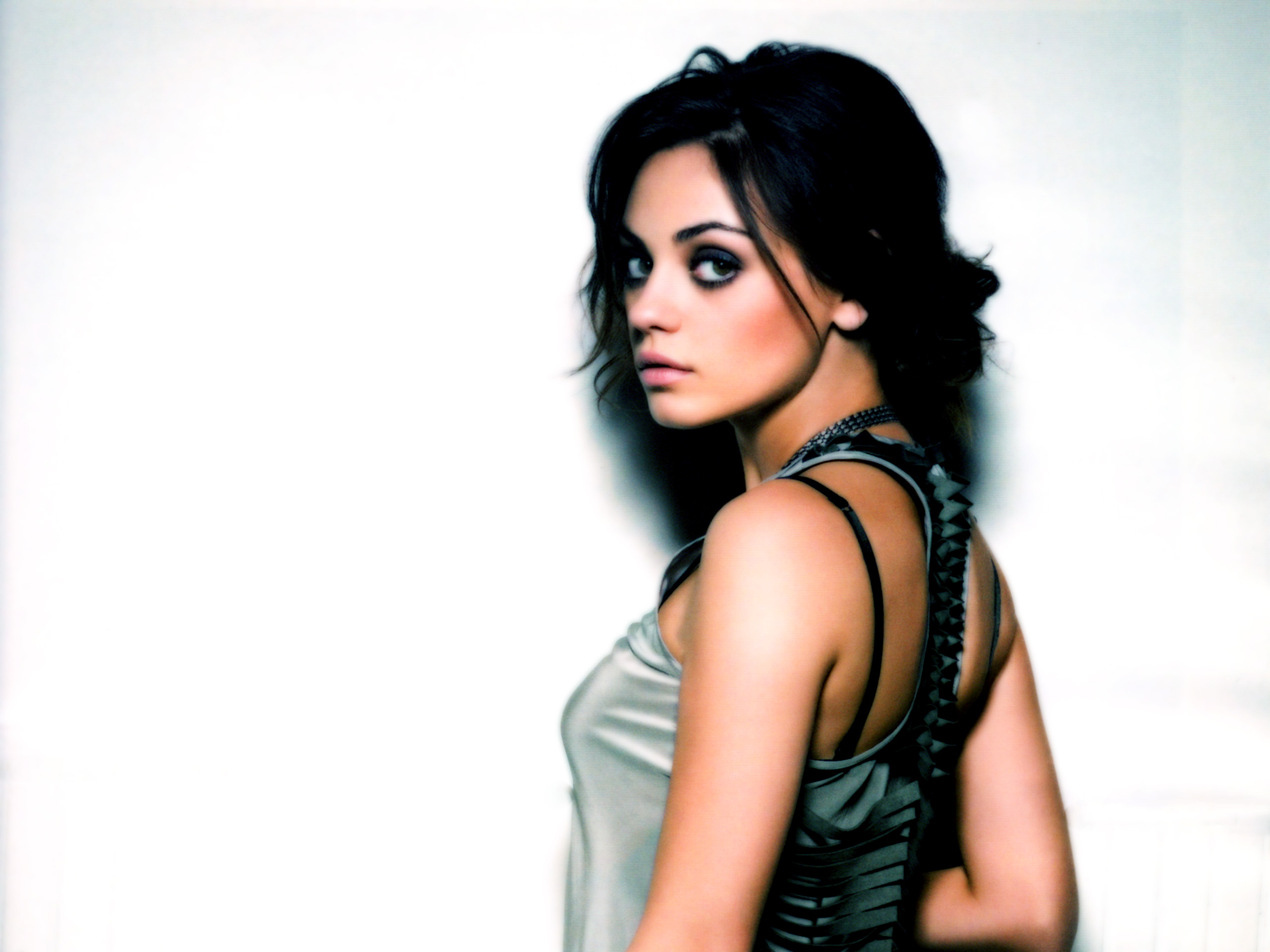 Mila Kunis 4 Beautiful HD Wallpaper