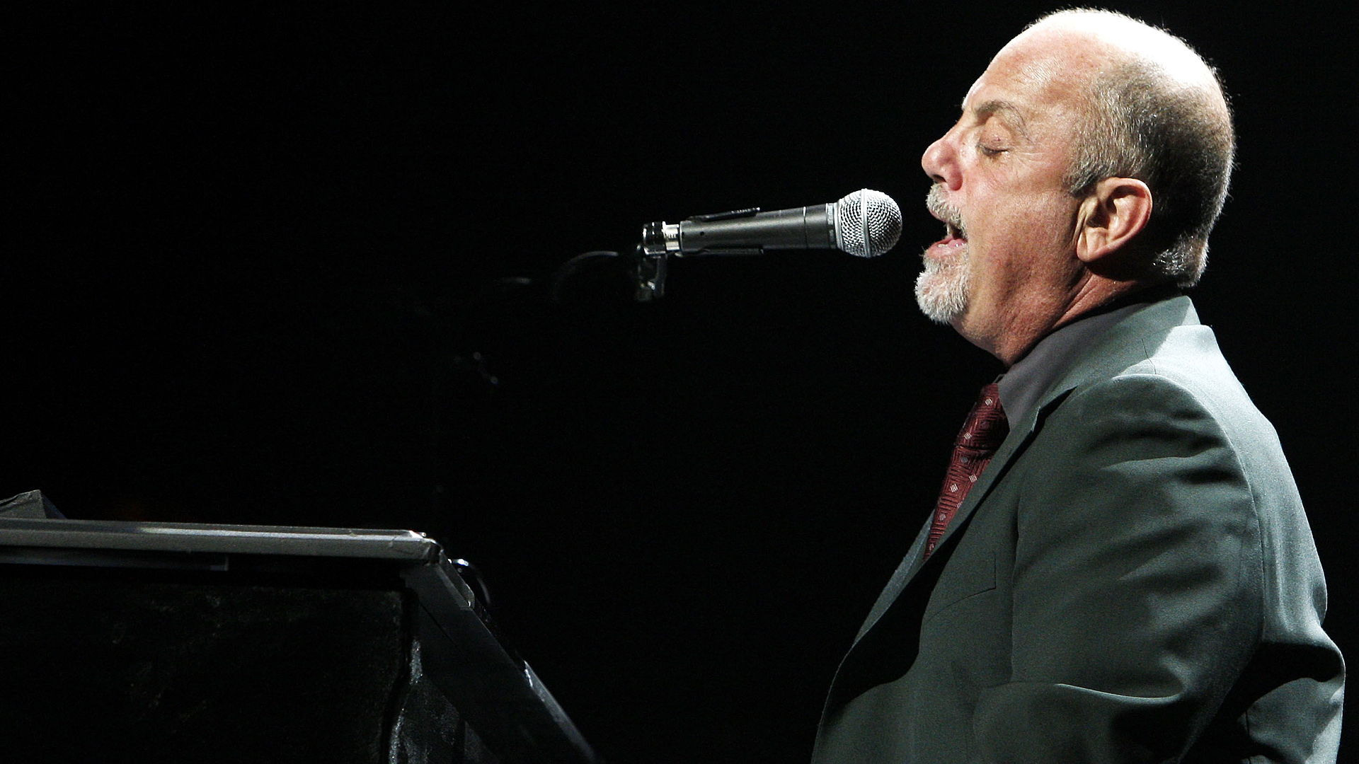 Billy Joel Forgets Lyrics at Concert | Rukkus.com
