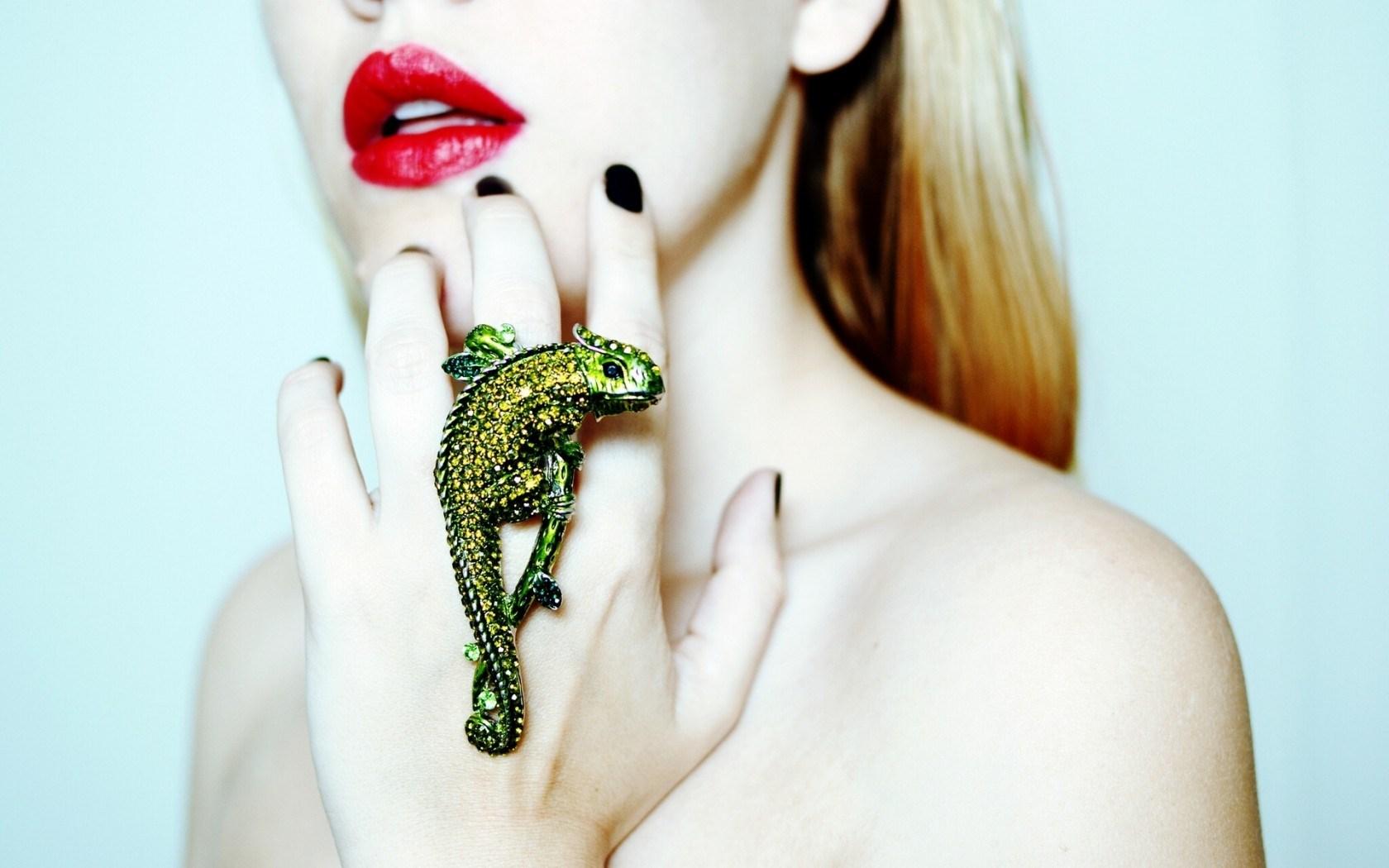 Chameleon Ring Girl Red Lips