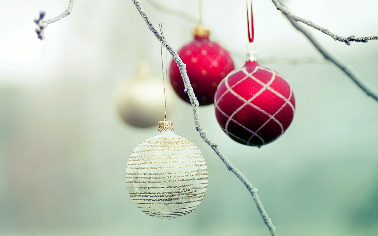 Colorful Christmas ornaments wallpaper 31071