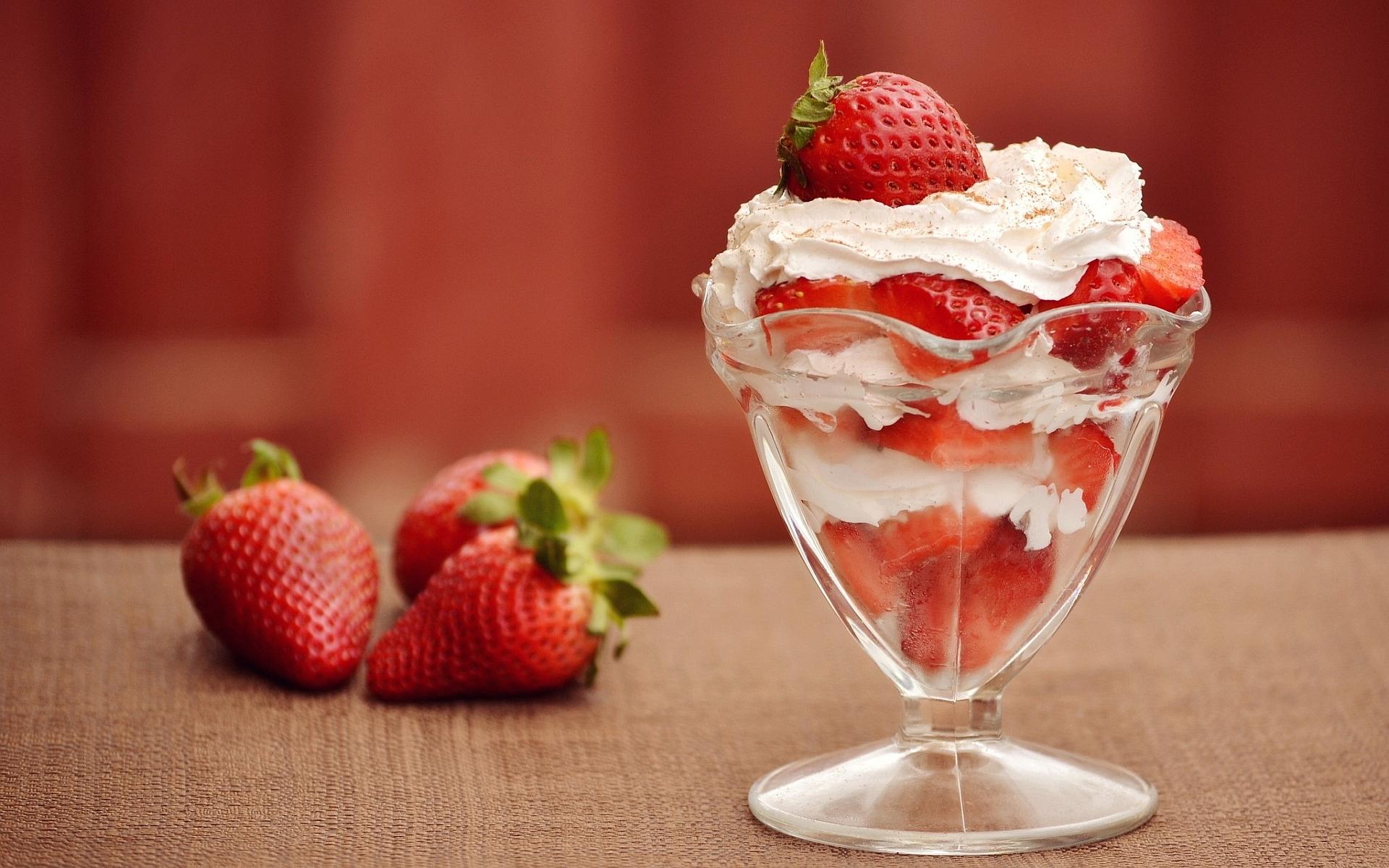 Cream strawberry dessert