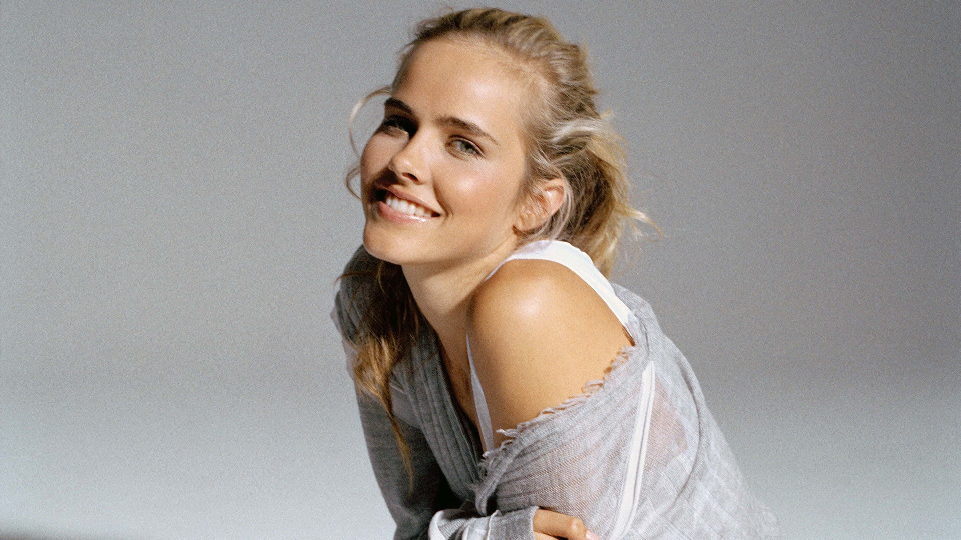 Cute Isabel Lucas Wallpaper