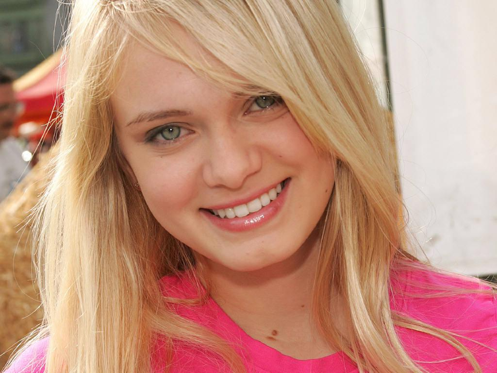 Cute Sara Paxton Wallpaper 34 For Desktop Background