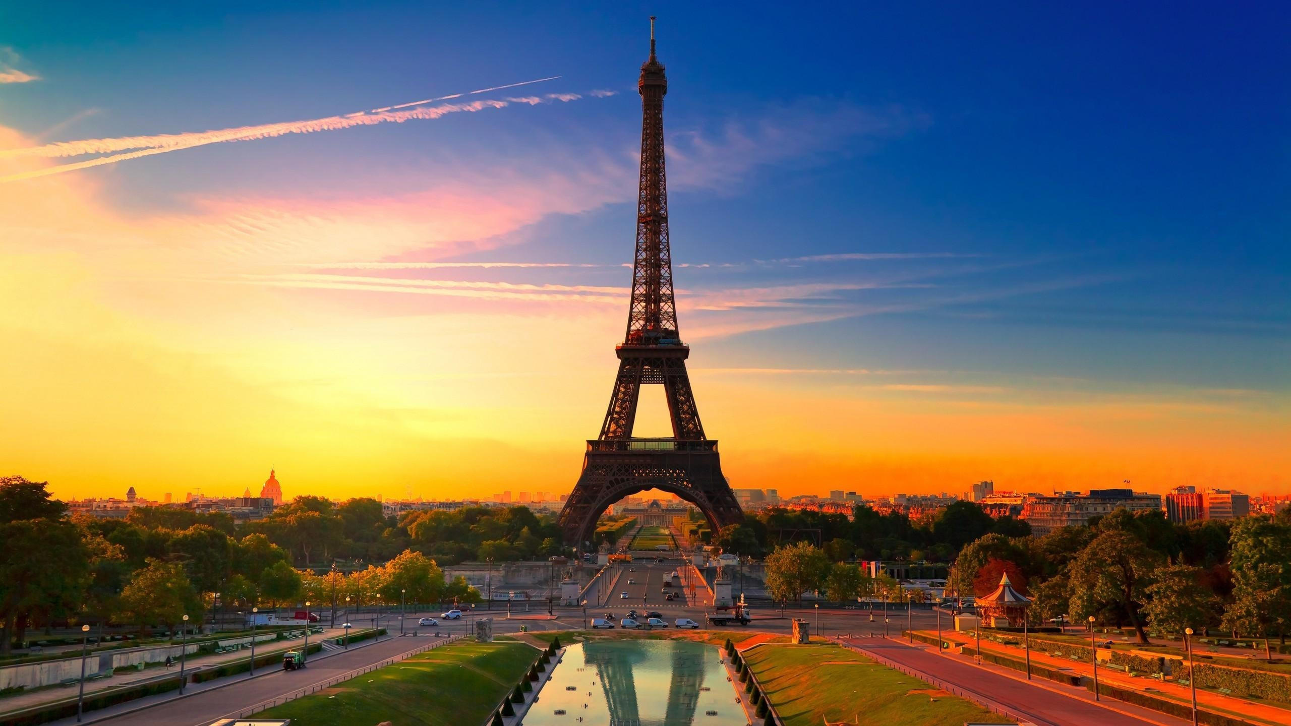 Download Eiffel Tower at Evening Sun — 2560x1600