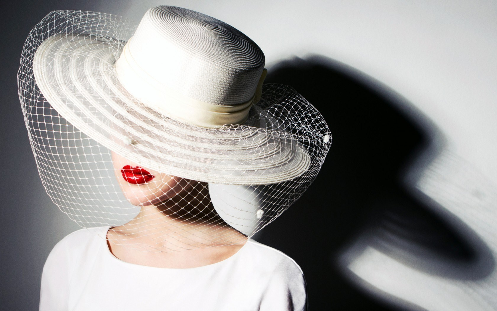 Fashion Lady White Hat Red Lips