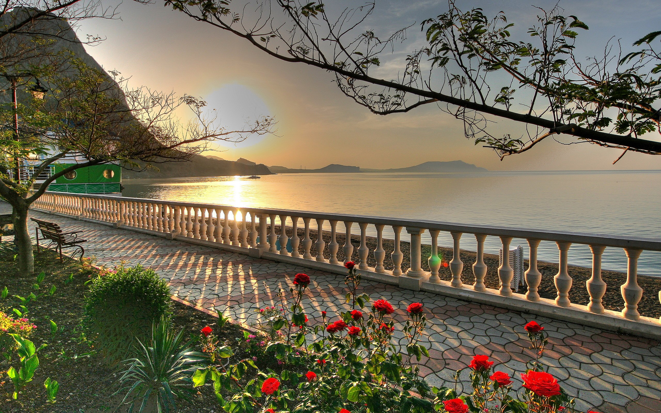 Garden at Lake Wallpapers Pictures Photos Images. «