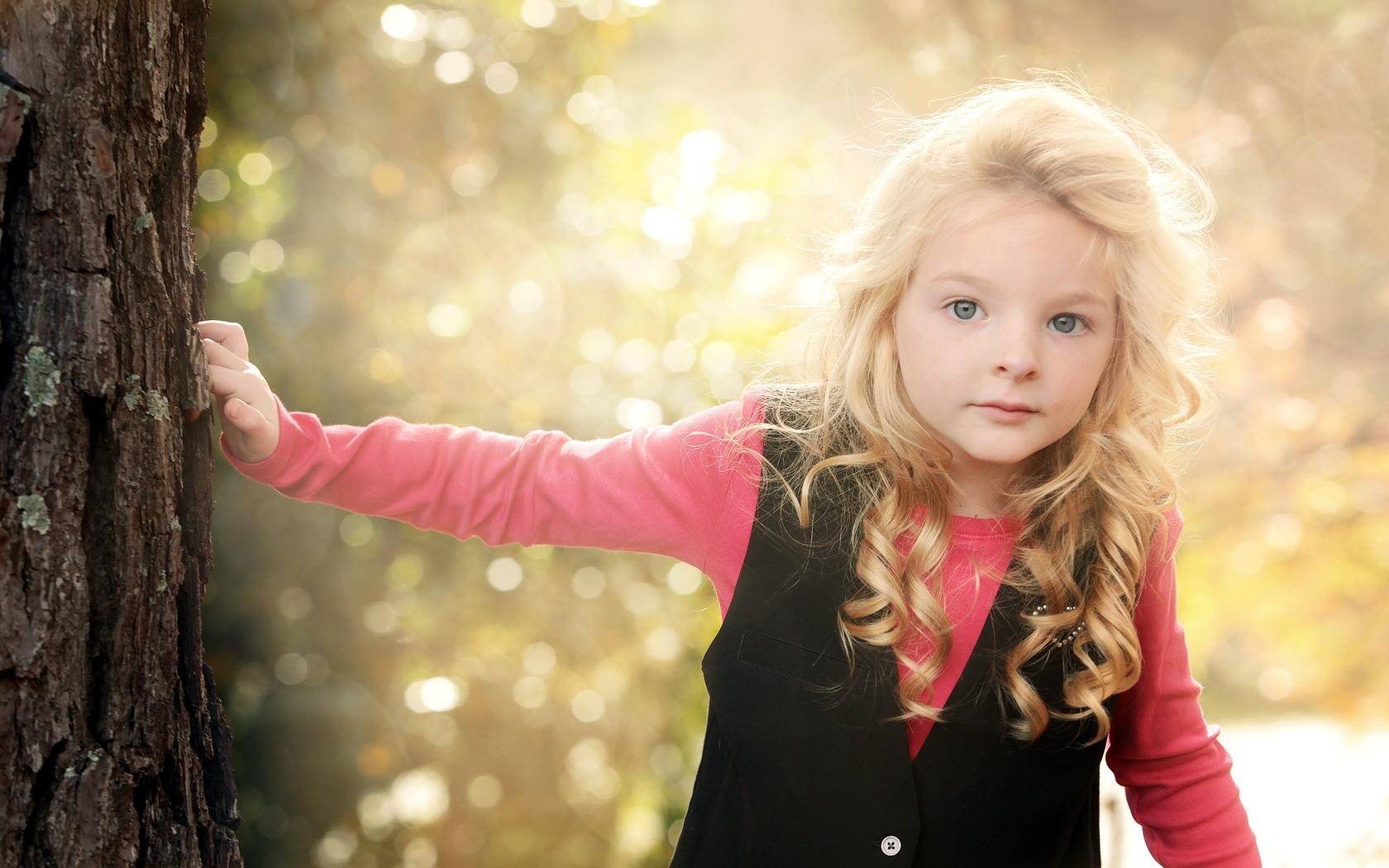 1680x1050 Wallpaper little girl, light, mood
