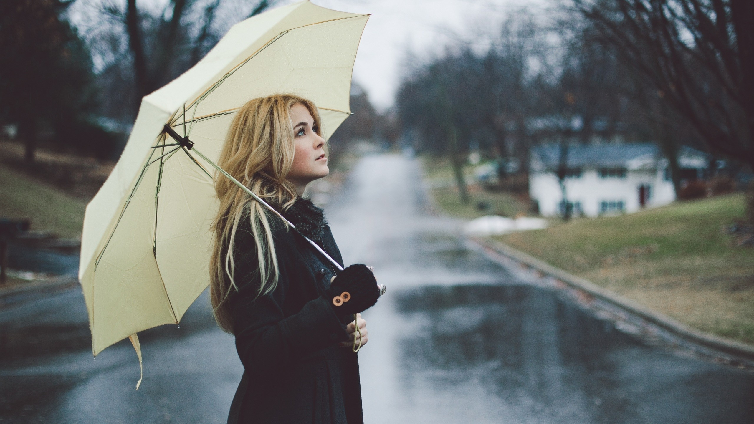 2560x1440 Wallpaper girl, blonde, umbrella, street, rain, raincoat, mood