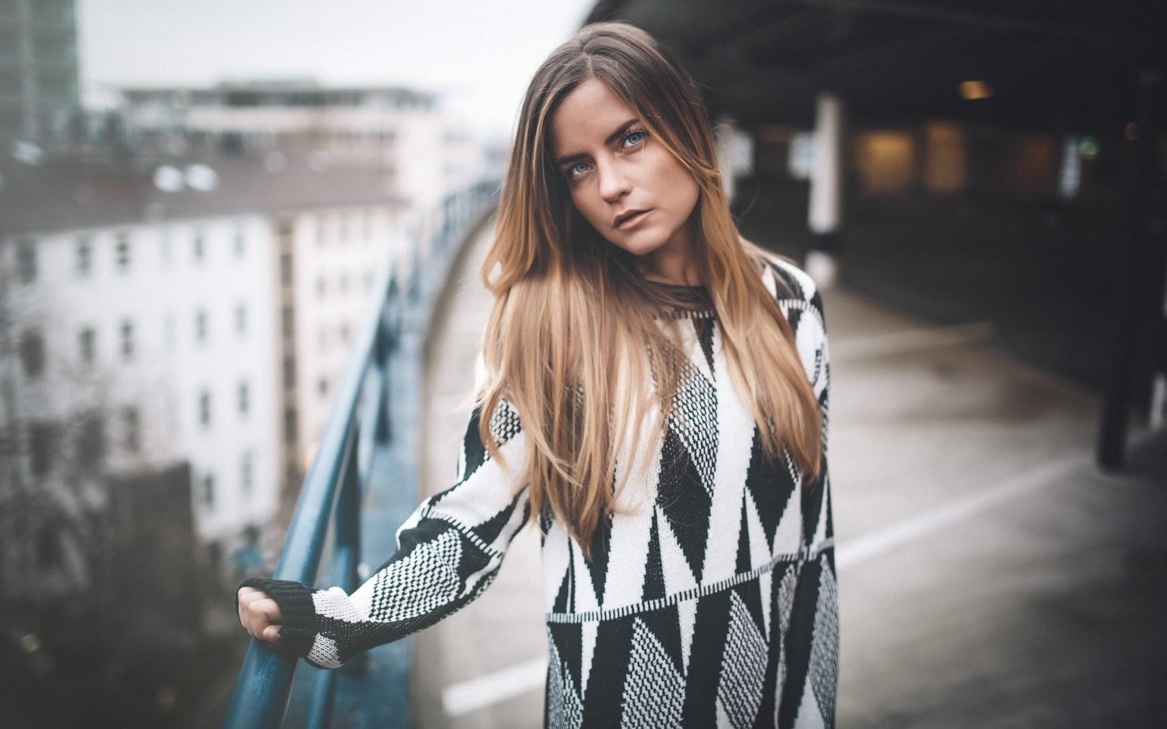 Girl Look Sweater City Mood