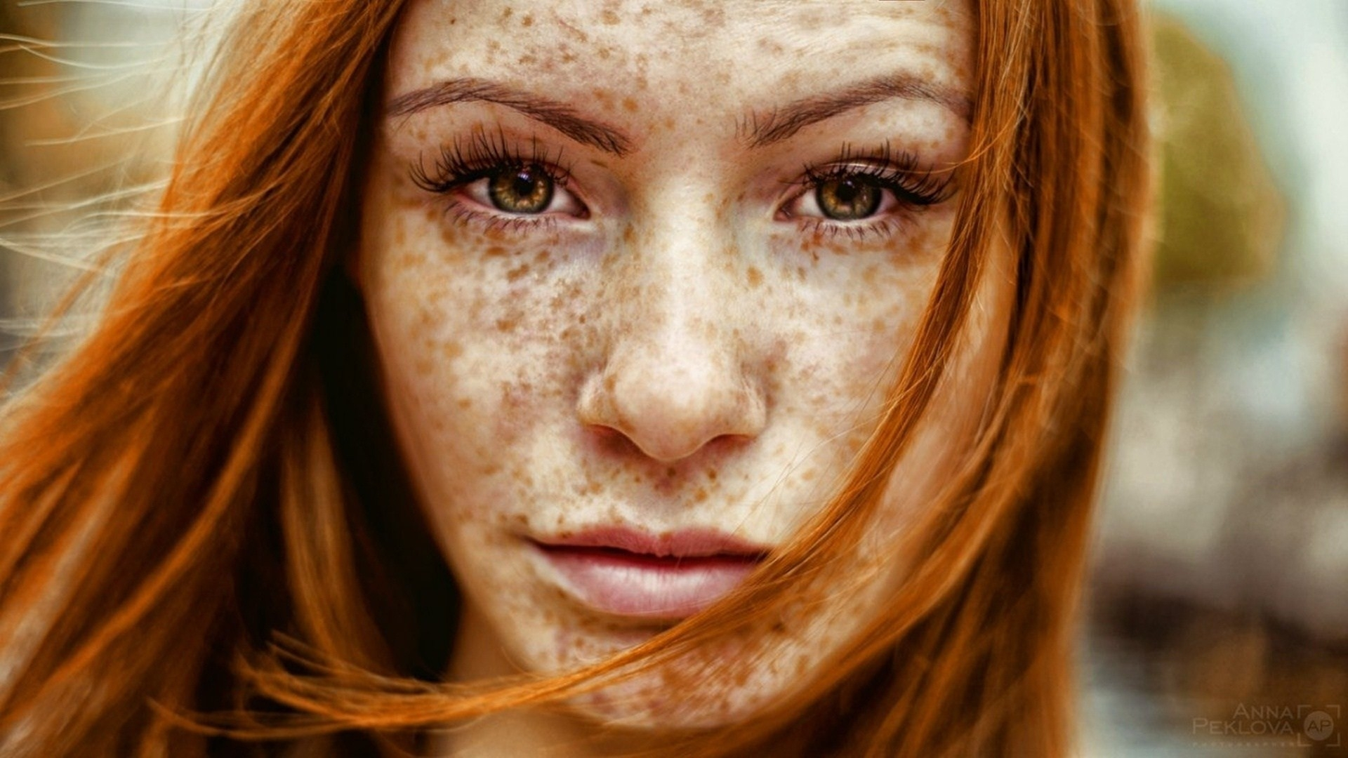 original wallpaper download: Brown-eyed girl with freckles - 1920x1080