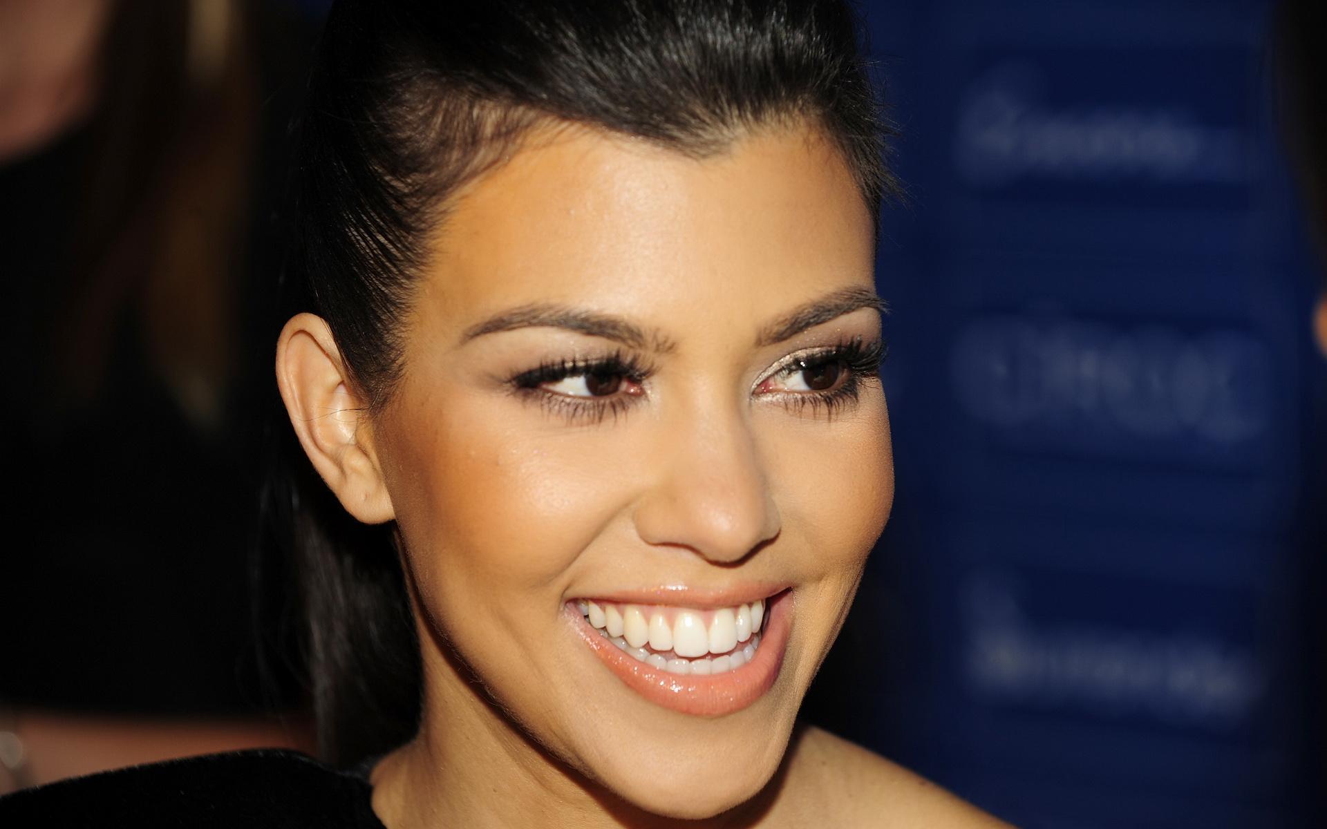 Kim Kardashian Wallpapers High Resolution: Kourtney Kardashian Full Hd Wallpaper Free Art Wallpapers 1920x1200px