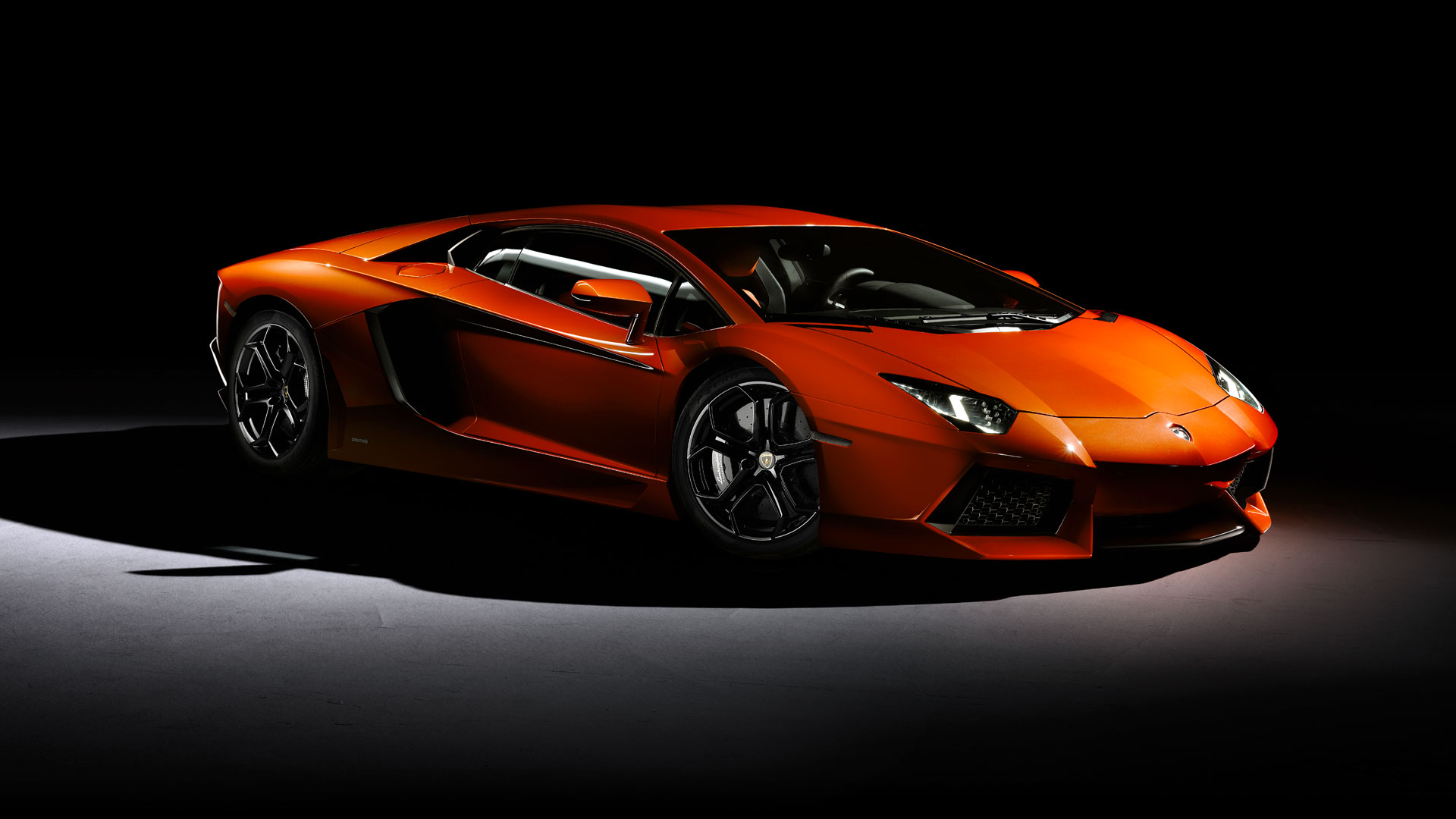 The Lamborghini Aventador is a sports car in the luxury class. The name comes from the homonymous fighting bull Toreosaus of 1993 in Spain and is called ...