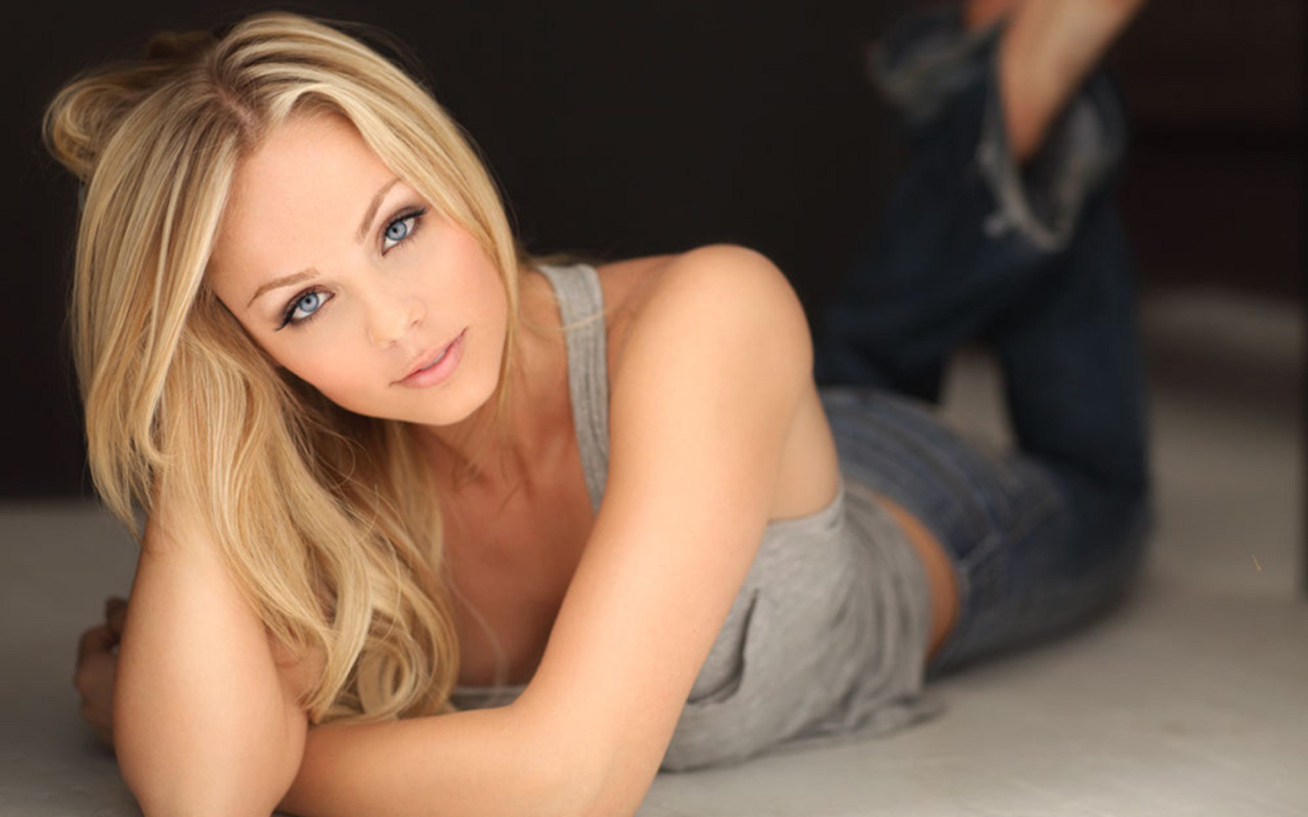 Laura Vandervoort HD Wallpaper