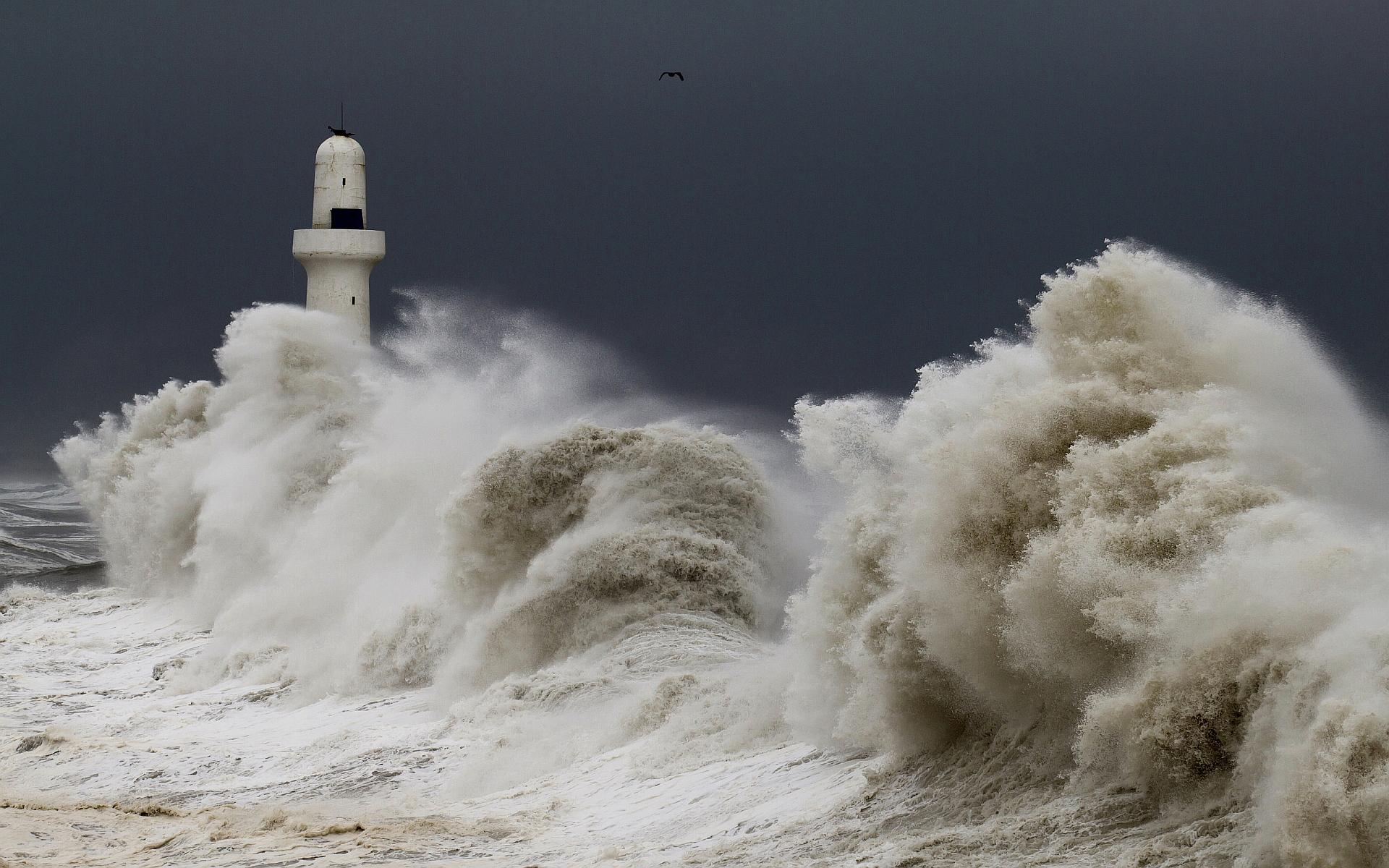 Lighthouse massive waves