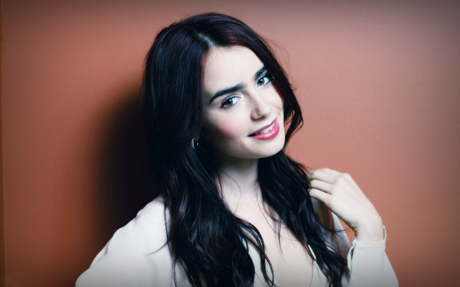 Lily Collins desktop wallpaper
