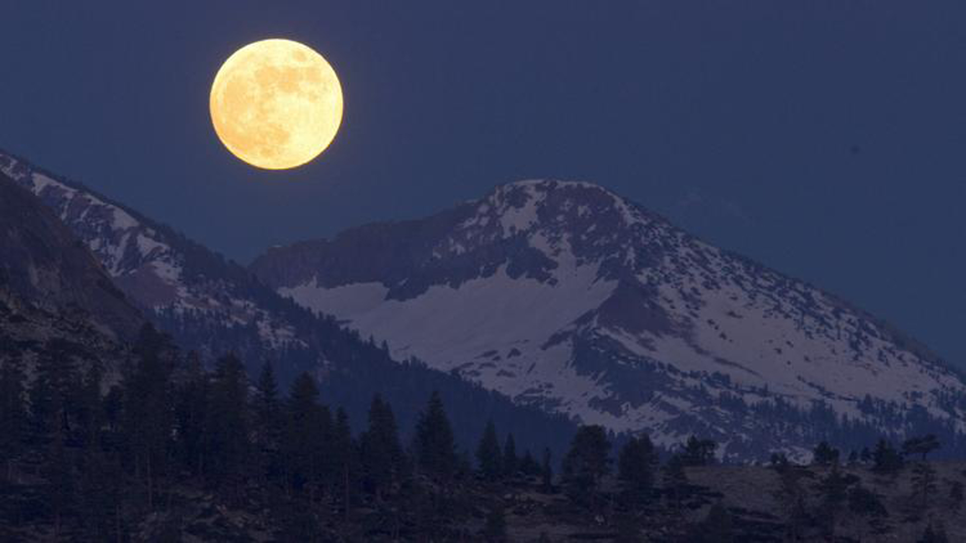 "A ""honey moon"" in 2010, as seen from the back country of Yosemite National Park. (Credit: Los Angeles Times)"