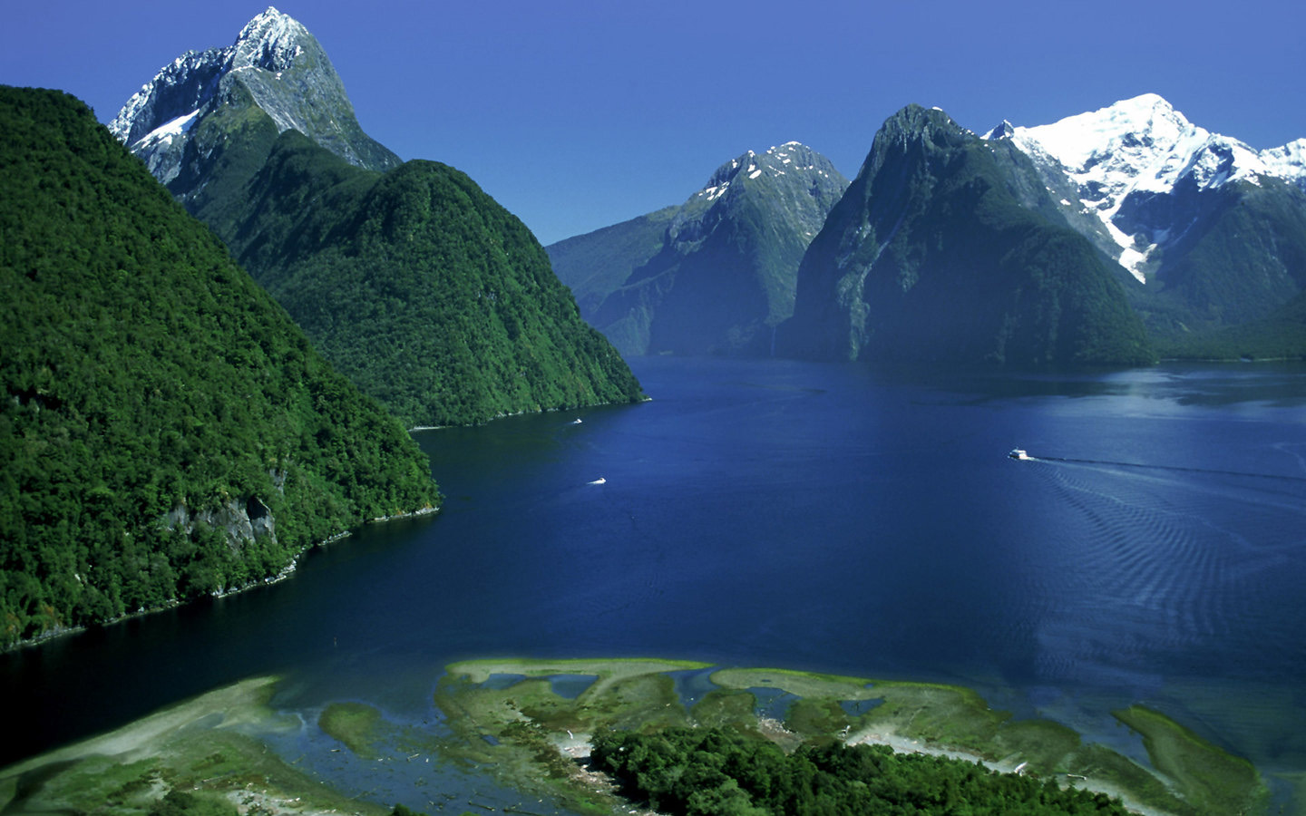 ... Fiordland National Park NEW ZEALAND www.tourismprofile.com ...