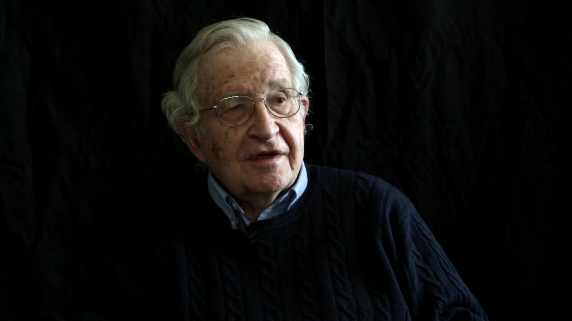 Cito da Wikipedia : Avram Noam Chomsky (Filadelfia, 7 dicembre 1928) è un linguista, filosofo e teorico della comunicazione statunitense.