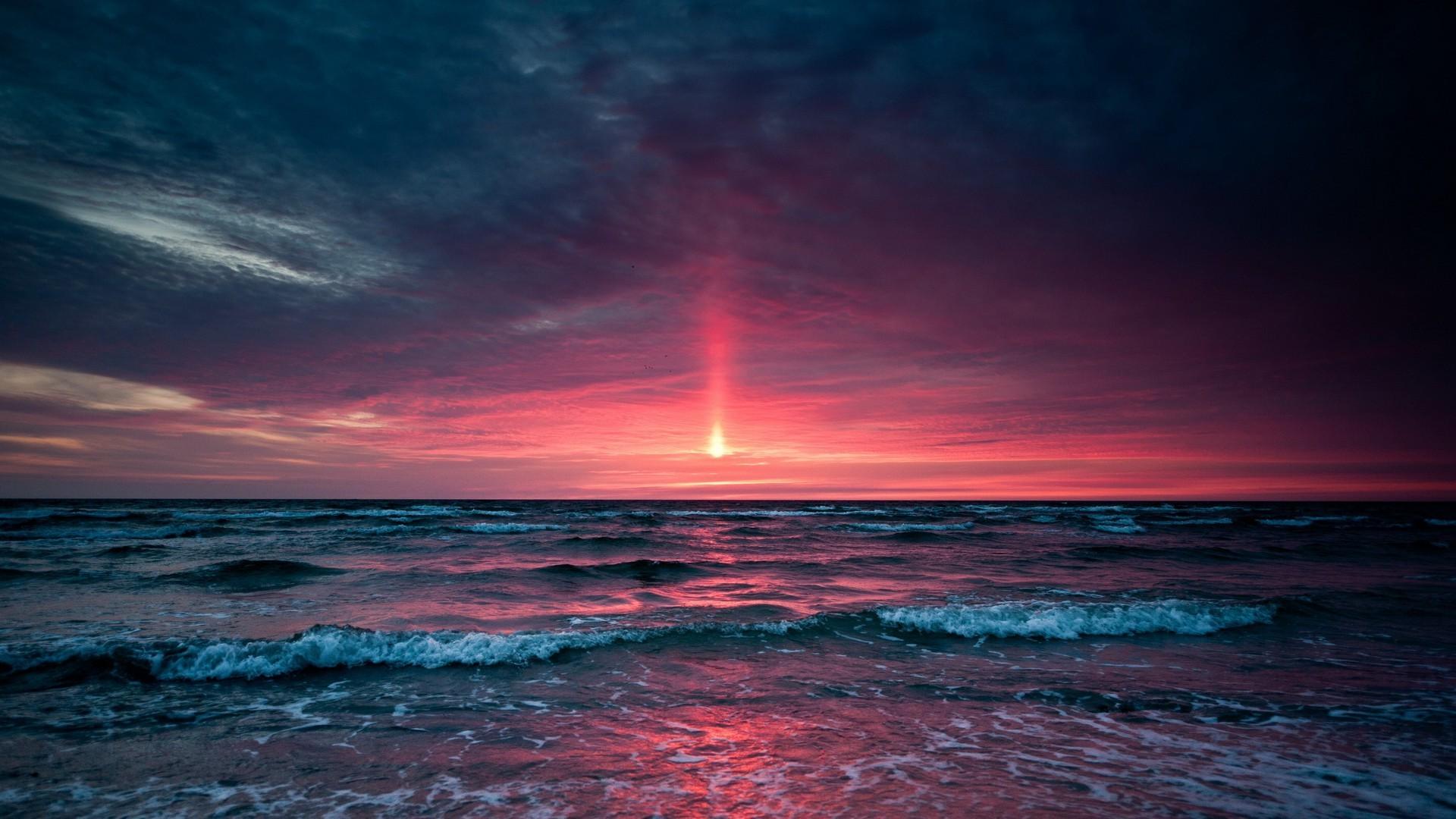 Stunning sunset above the ocean wallpaper