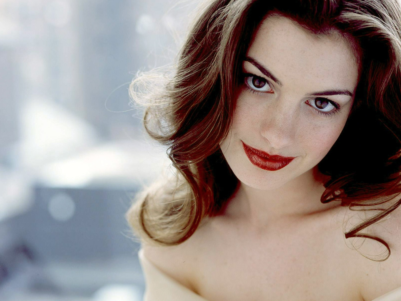 Pretty Anne Hathaway Wallpaper
