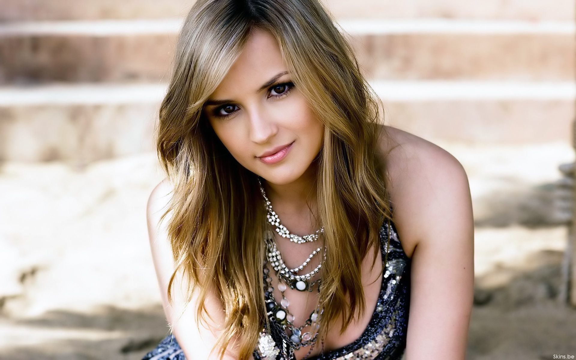 Rachael Leigh Cook Please STOP AdBlock Browser plugin to view this pic and support our site!