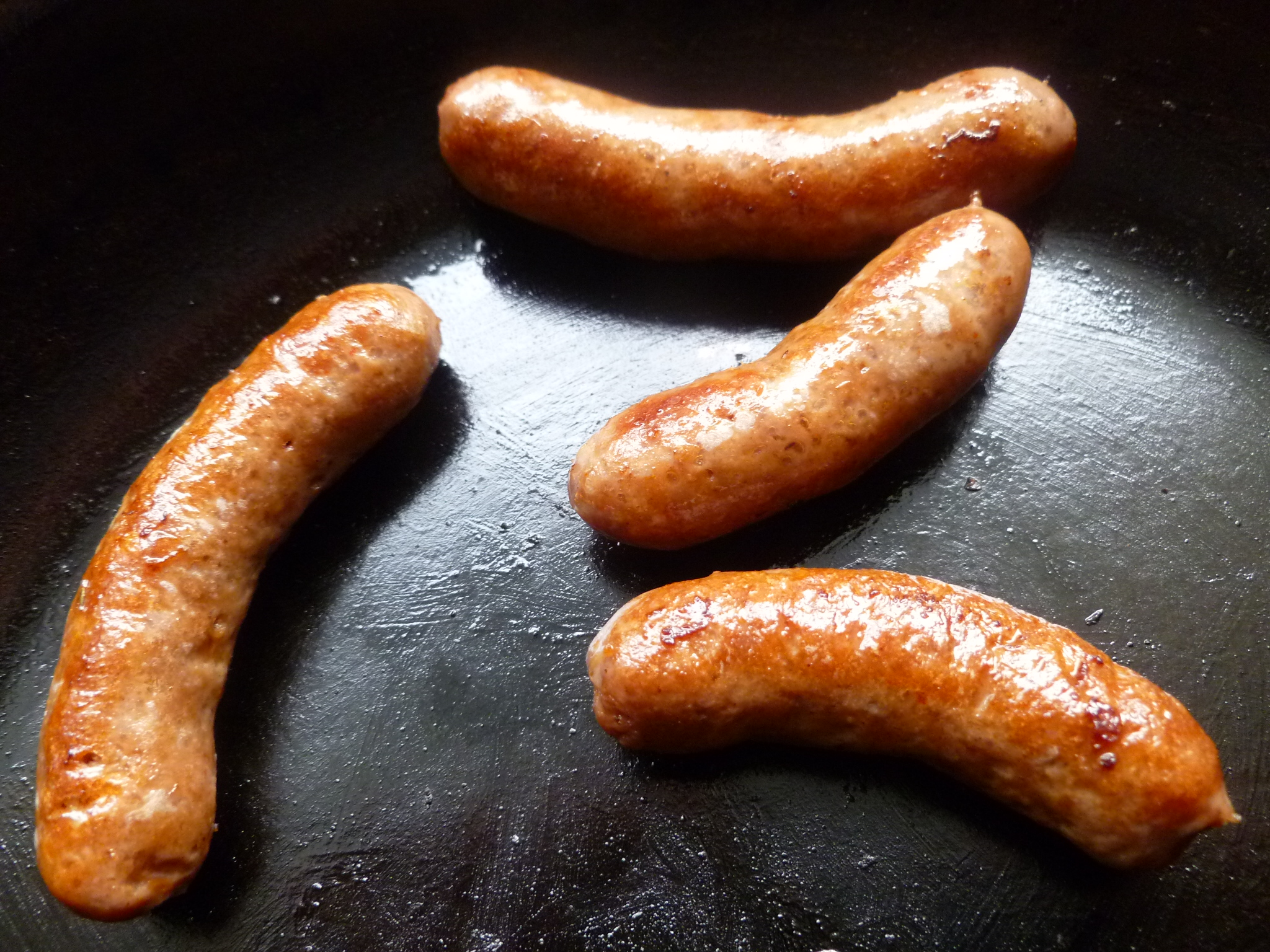 In a little oil, slowly fry the sausages over medium heat until they are cooked through (possibly for 7 minutes), drain them, and set them aside: