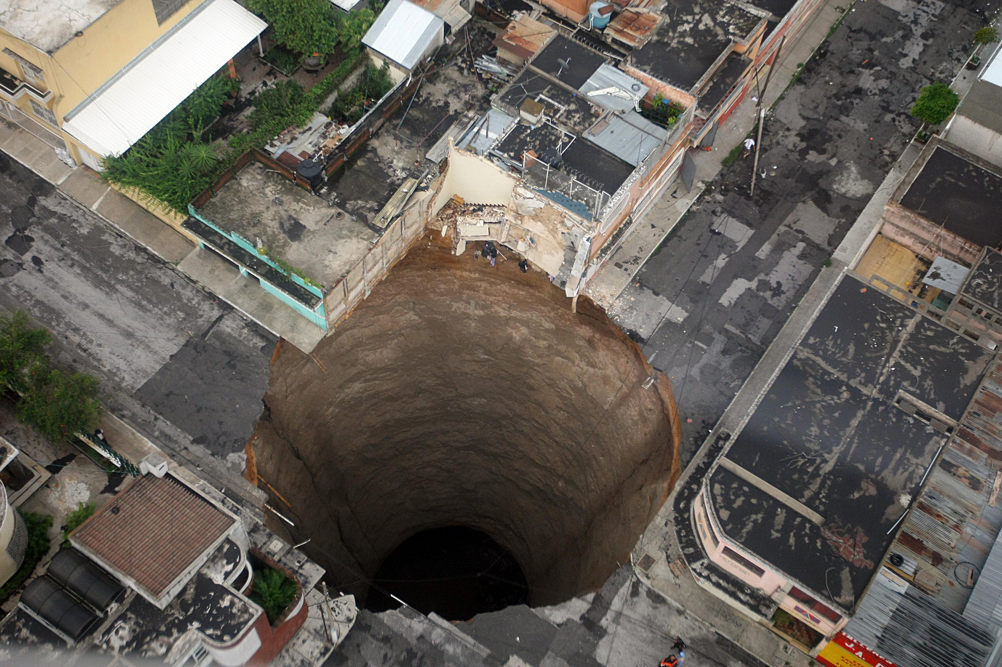 Then I checked the source: The Guatemalan government. This sinkhole appeared last sunday in a street intersection of Ciudad de Guatemala.