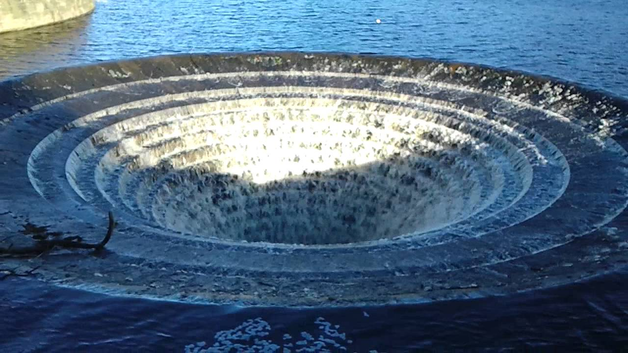 Giant Sinkhole drains the lake !
