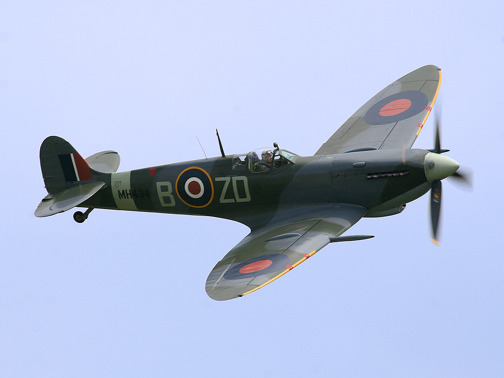 Spitfire LF Mk IX, MH434 being flown by Ray Hanna in 2005. This aircraft shot down a FW 190 in 1943 while serving with 222 Squadron RAF.