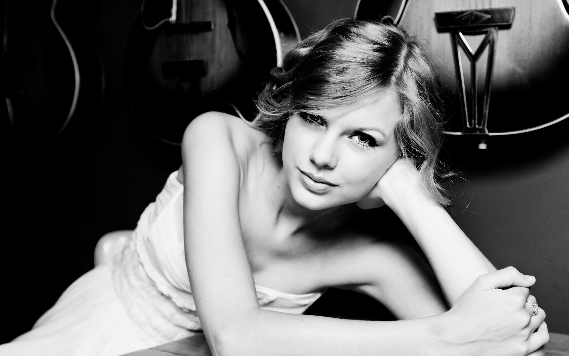 Taylor Swift Black White