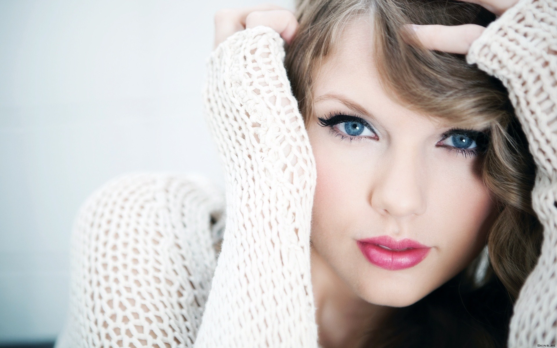 Taylor Swift Blonde Singer Girl