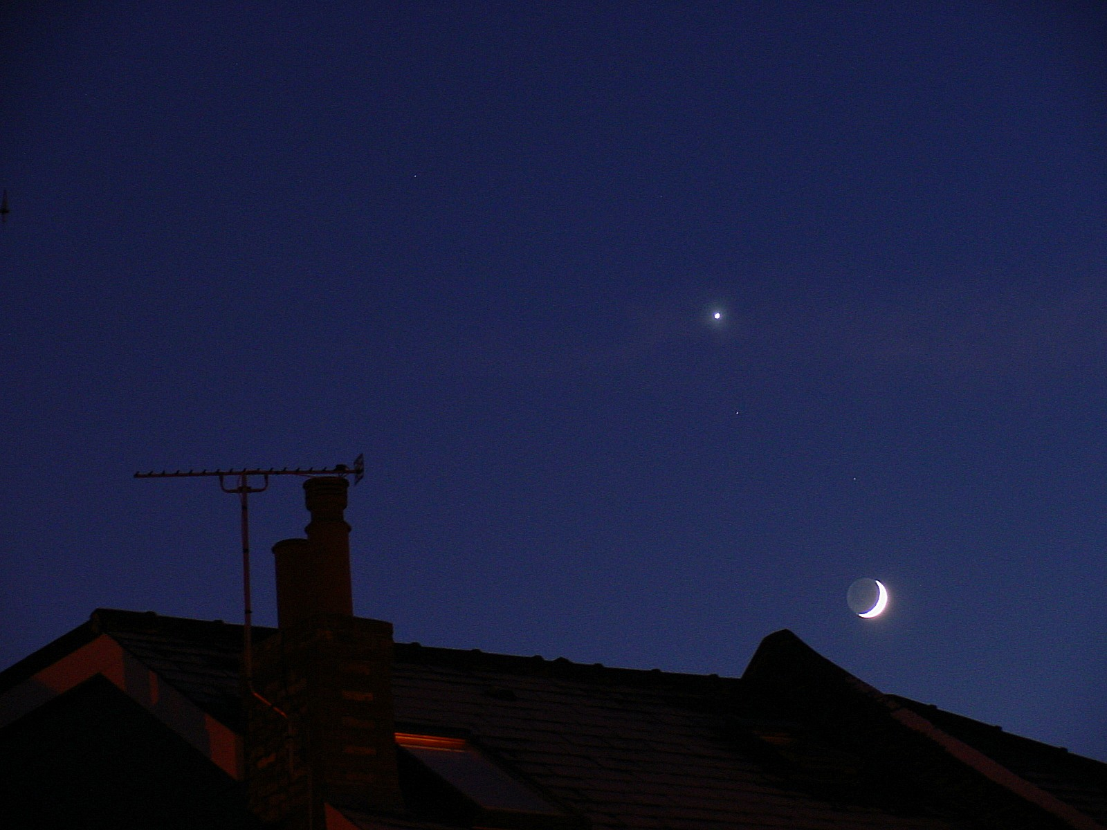(Natural Science): planet Venus with the Moon as crescent seen over rooftops in London late December tweaked 1 BRM.jpg. D=2000-12-29 [Dec 29, 2000]; ...