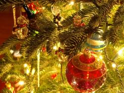 christmas tree ornaments 1024 768 28451 21 Stunningly Beautiful Christmas Desktop Wallpapers