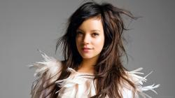 ... Lily Allen feather dress for 2560x1440