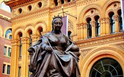 queen victoria statue outside qv building photos, wallpapers